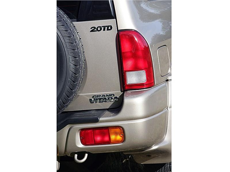 Suzuki Grand Vitara 3d 2004 деталь кузова турбодизельной версии