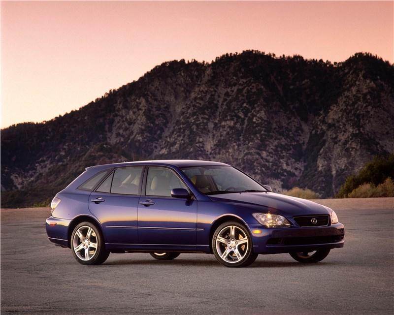 Lexus IS300 2001 универсал вид справа спереди