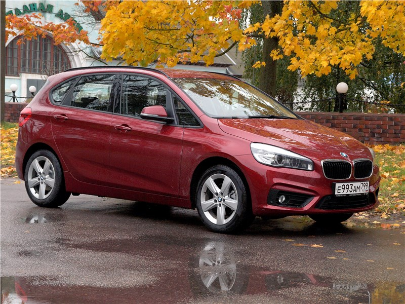 BMW 2 Series Active Tourer 2017 вид сбоку