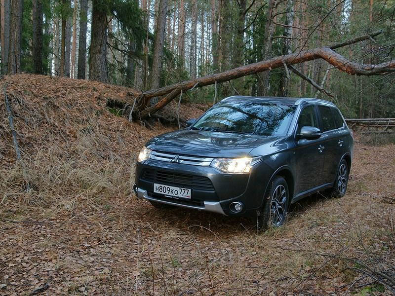 Mitsubishi Outlander 2014 вид спереди в лесу