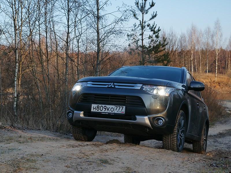 Mitsubishi Outlander 2014 вид спереди на подъеме