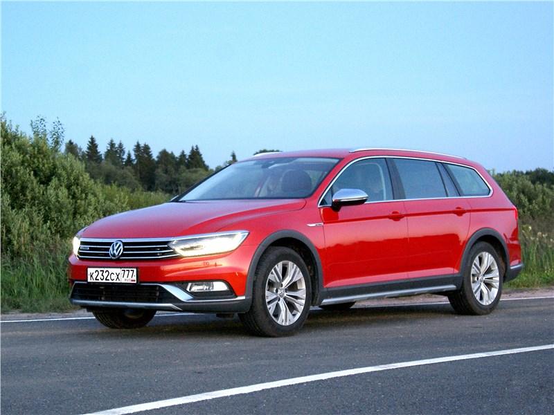 Volkswagen Passat Alltrack 2016 вид сбоку