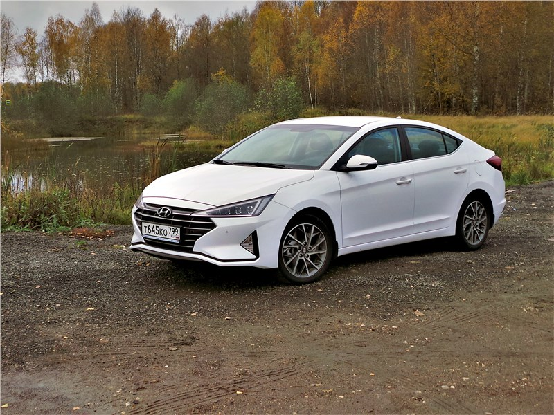 Hyundai Elantra 2019 вид спереди сбоку