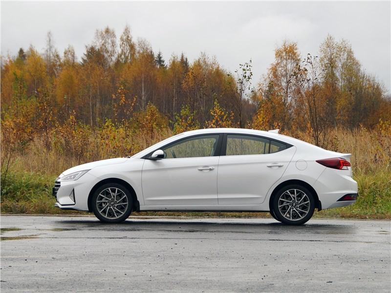 Hyundai Elantra 2019 вид сбоку