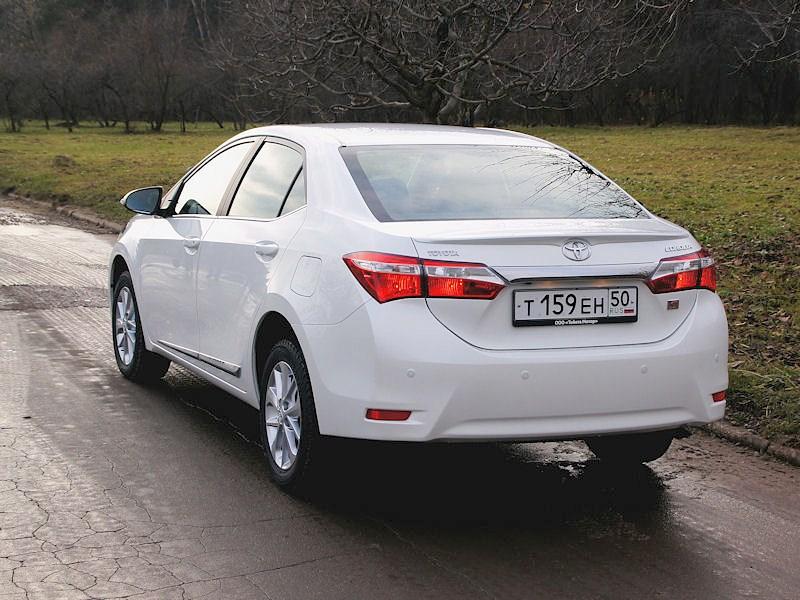 Toyota Corolla 2013 вид сзади белая