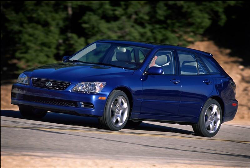 Lexus IS300 2001 универсал вид слева спереди в динамике