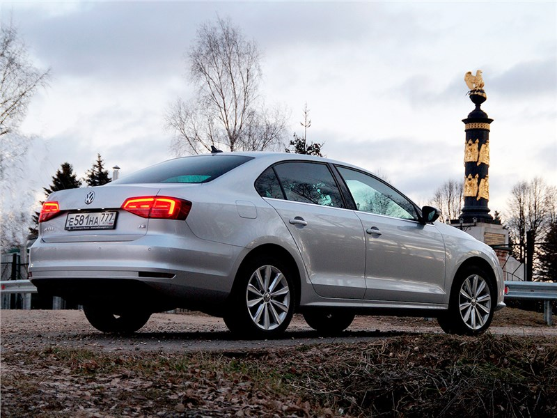 Volkswagen Jetta 2015 вид сзади сбоку