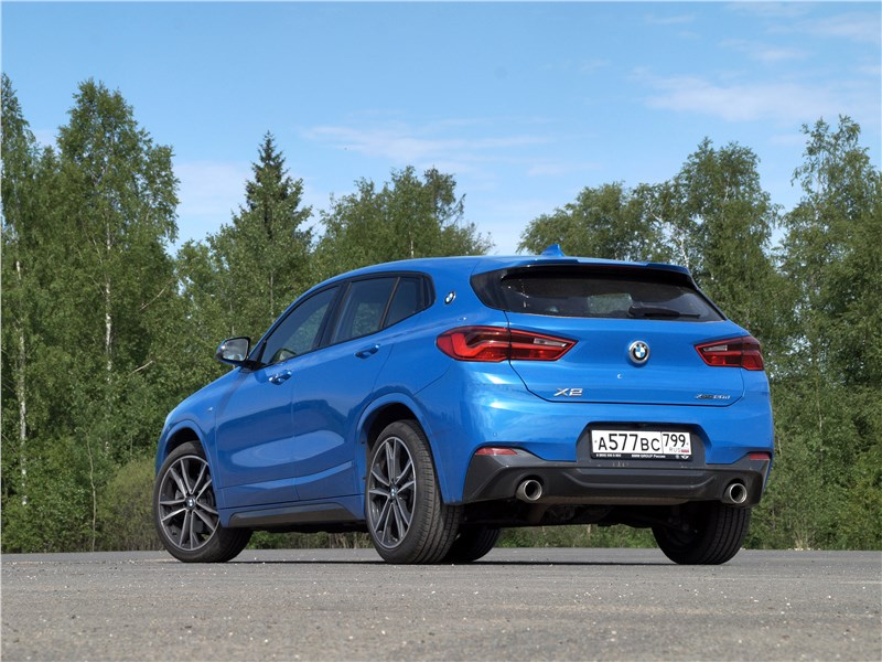 BMW X2 2019 вид сзади сбоку