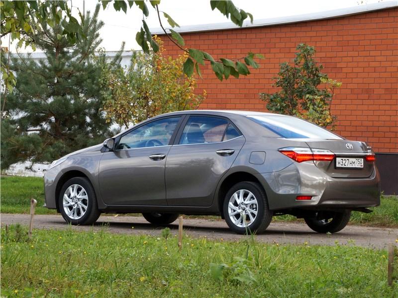 Toyota Corolla 2017 вид сбоку сзади