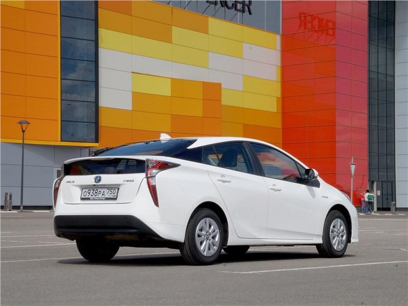 Toyota Prius 2016 вид сзади