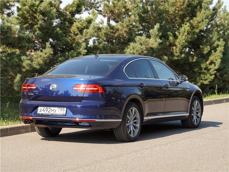 Volkswagen Passat 2015 вид сзади