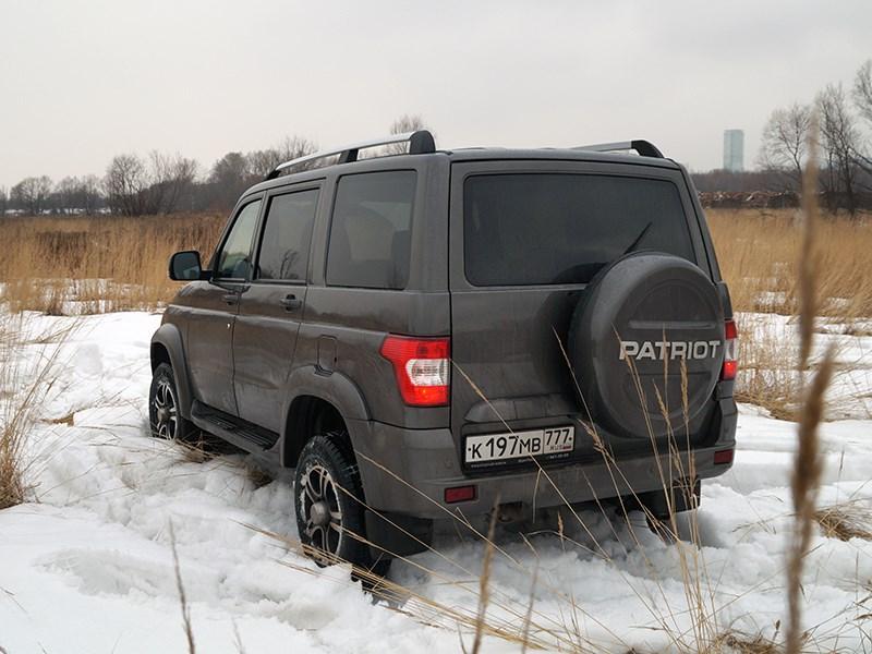 UAZ Patriot 2014 вид сзади сбоку