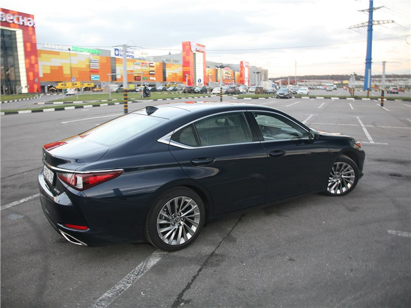 Lexus ES 2019 вид сбоку сзади