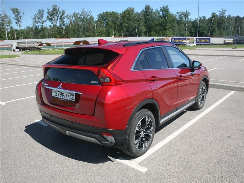 Mitsubishi Eclipse Cross 2018 вид сбоку сзади