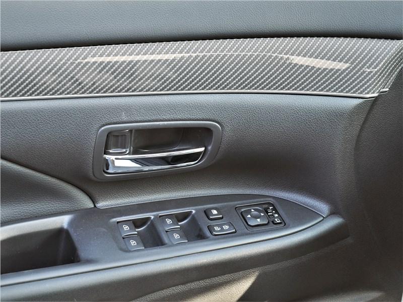 Mitsubishi Outlander (2021) передняя дверь