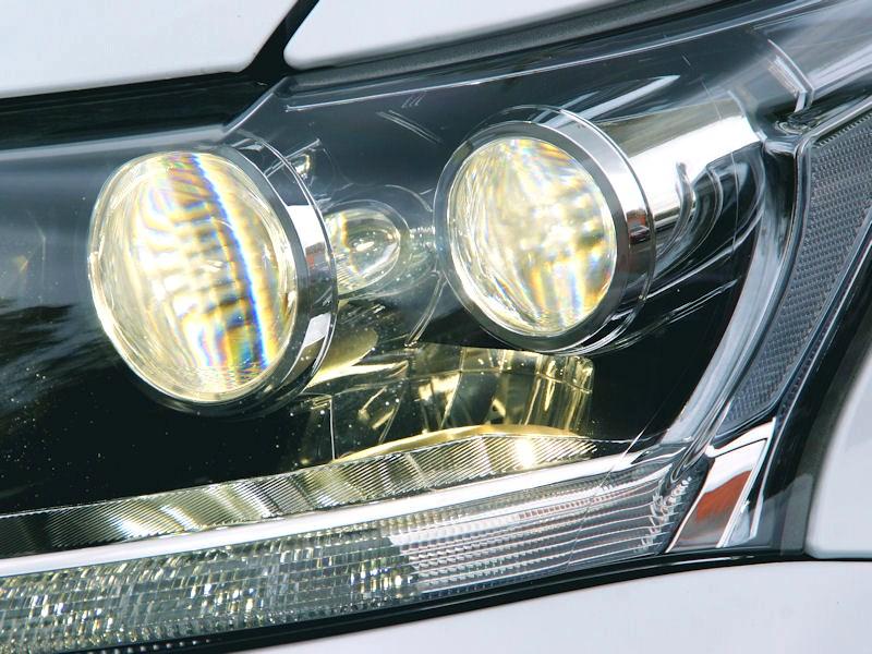 Lexus CT 200h 2011 передние фары