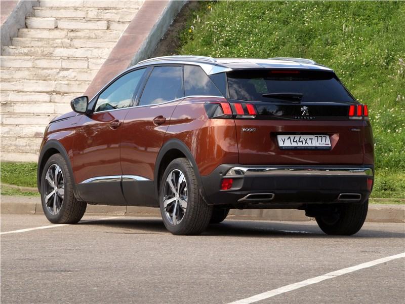 Peugeot 3008 2017 вид сзади