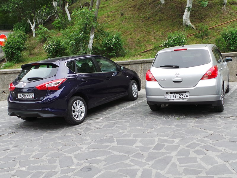 Nissan Tiida вид сзади