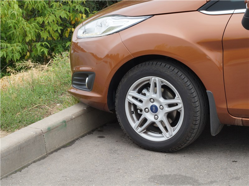 Ford Fiesta sedan 2015 передний бампер