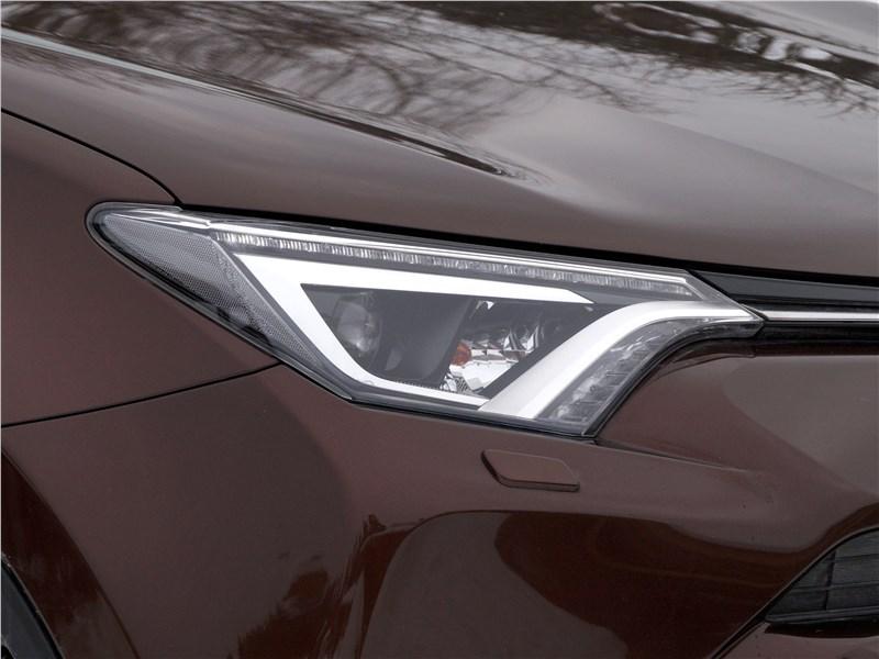 Toyota RAV4 2016 передняя фара