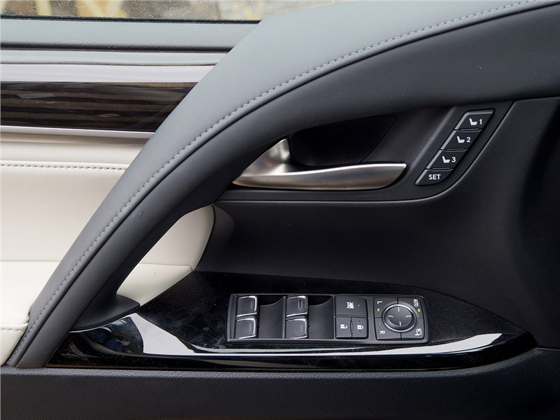 Lexus LX 2016 дверь