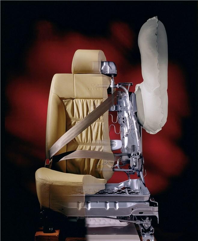 Infiniti Q45 2001 оснащался боковыми подушками безопасности