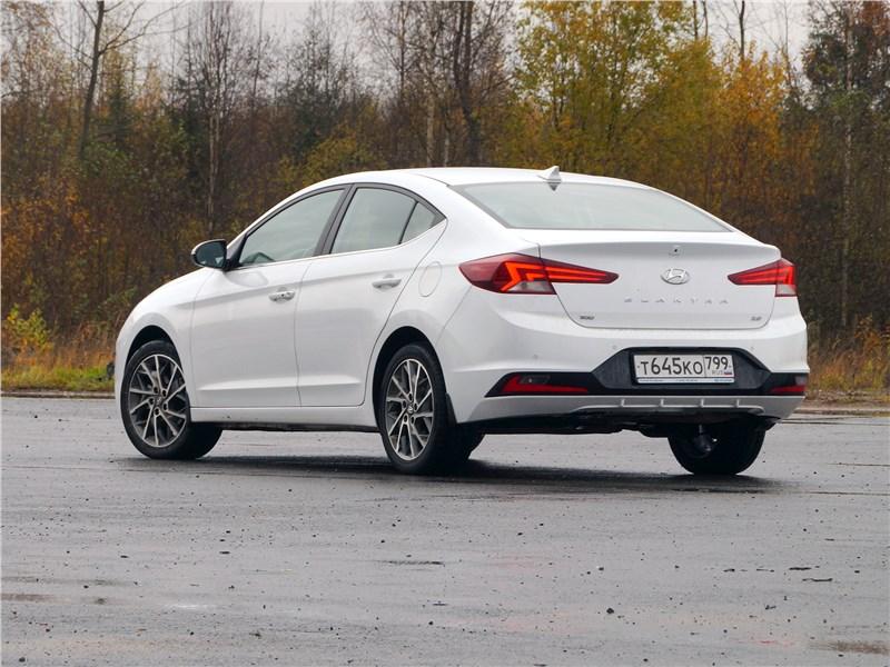 Hyundai Elantra 2019 вид сзади