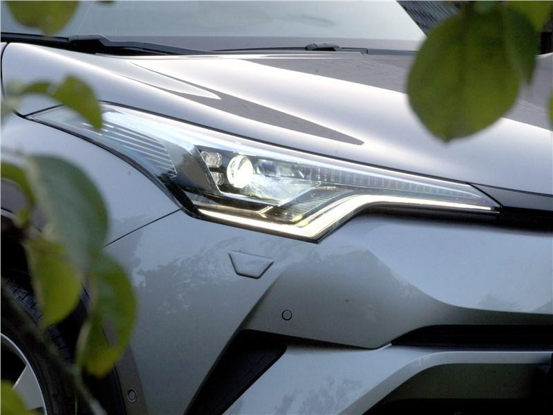 Toyota C-HR 2016 передняя фара
