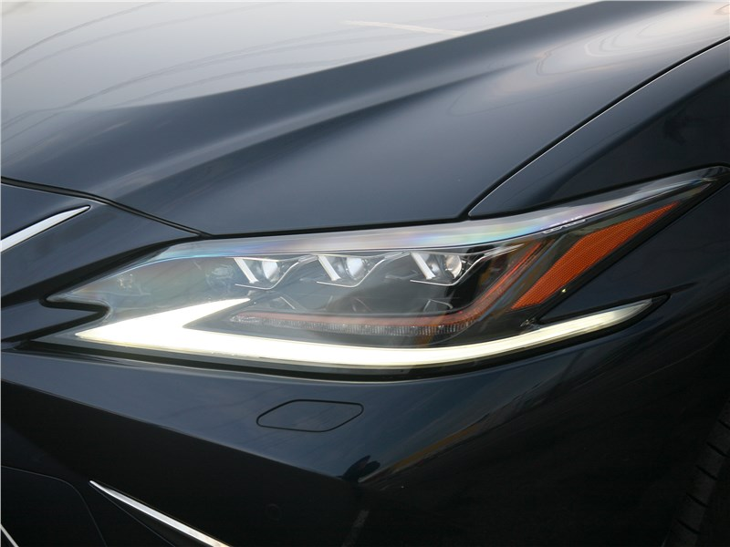 Lexus ES 2019 передняя фара