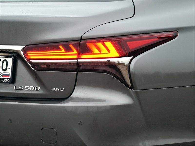 Lexus LS 500 2018 задний фонарь