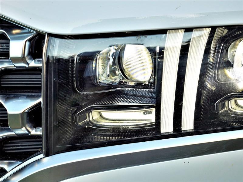 Hyundai Santa Fe (2021) передняя фара
