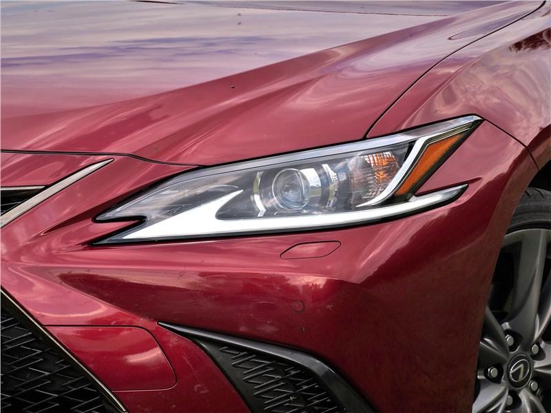 Lexus ES (2019) передняя фара