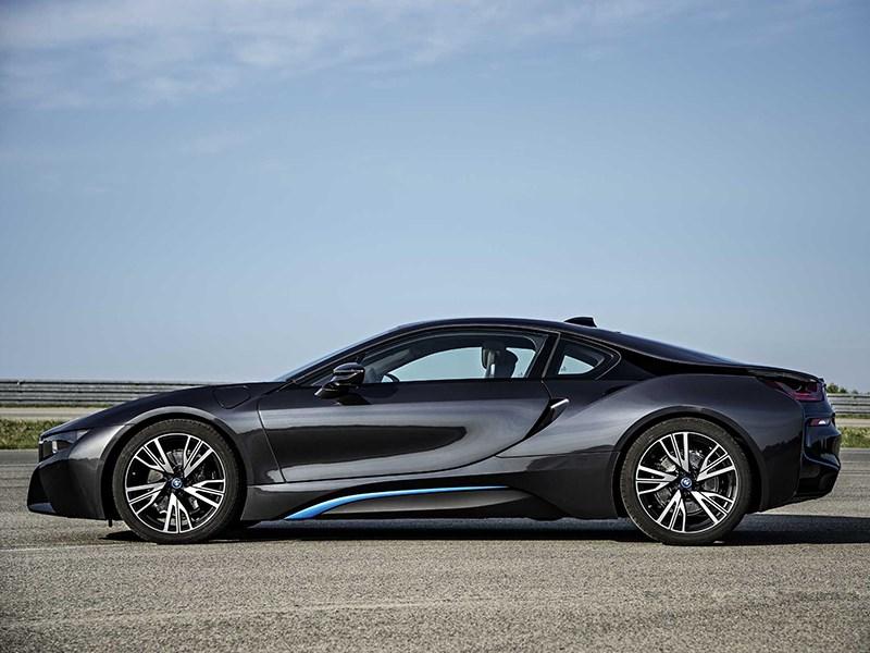 BMW i8 2014 вид сбоку фото 1