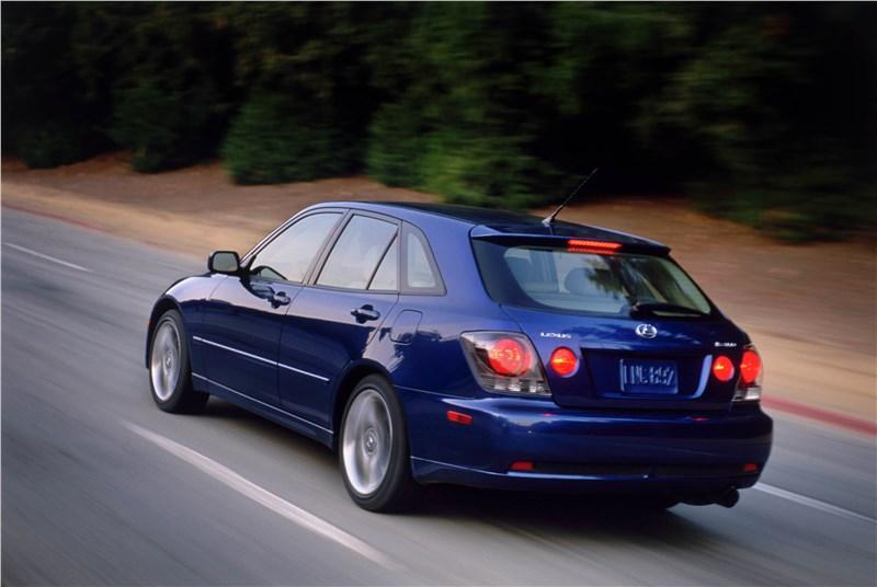 Lexus IS300 2001 универсал вид слева сзади в динамике