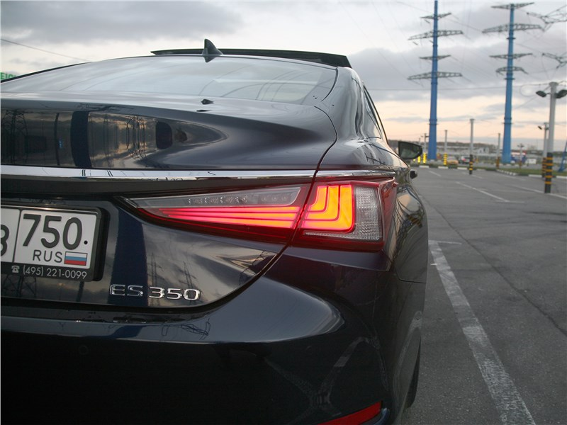Lexus ES 2019 задний фонарь