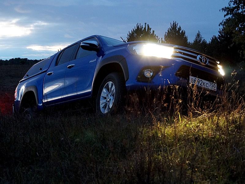 Toyota HiLux 2016 вид спереди