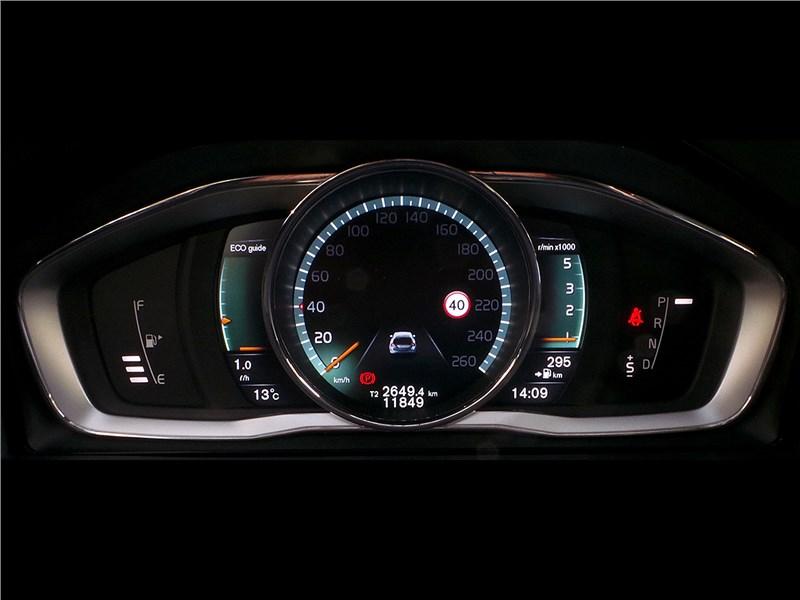 Volvo V60 Cross Country 2015 приборная панель