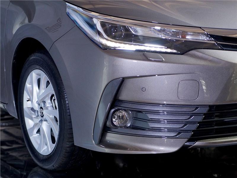 Toyota Corolla 2017 передний свет