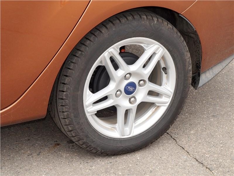 Ford Fiesta sedan 2015 заднее колесо