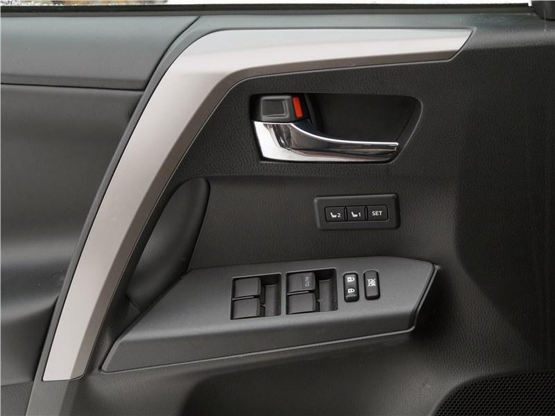Toyota RAV4 2016 дверь