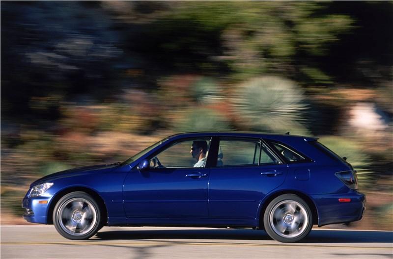 Lexus IS300 2001 универсал вид слева в динамике