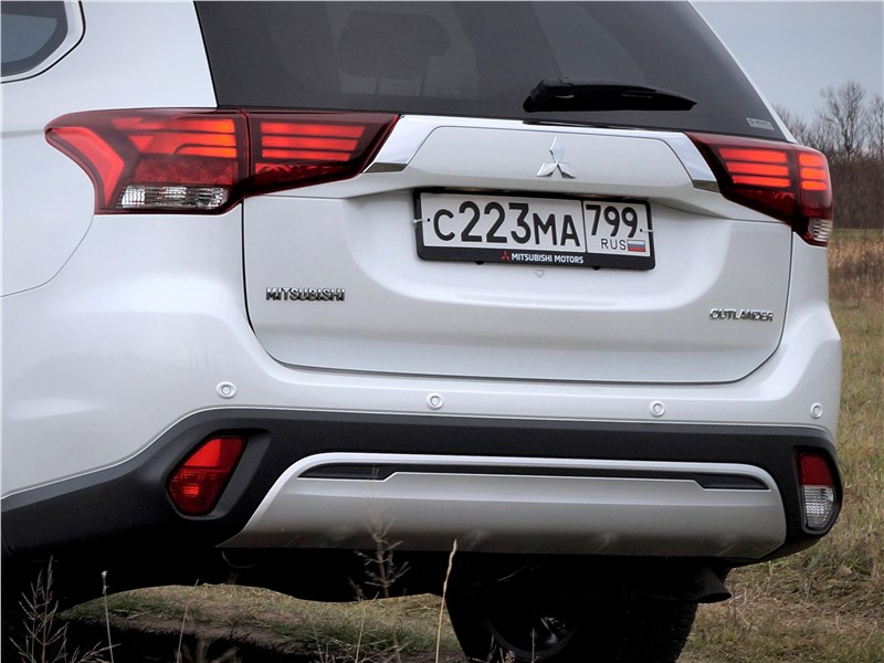 Mitsubishi Outlander 2018 вид сзади