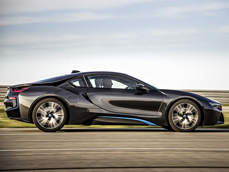 BMW i8 2014 вид сбоку фото 3