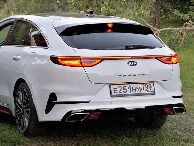 Kia ProCeed GT 2019 вид сзади