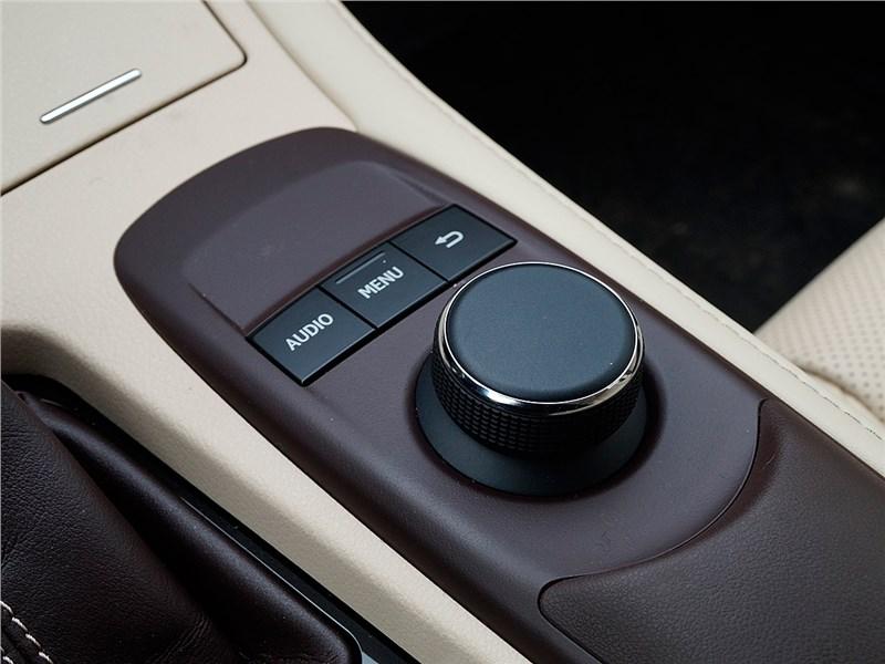 Lexus ES 200 2016 управление мультимедиасистемой