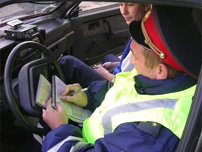 Россияне согласны оплачивать штрафы банковской картой в автомобилях ГИБДД