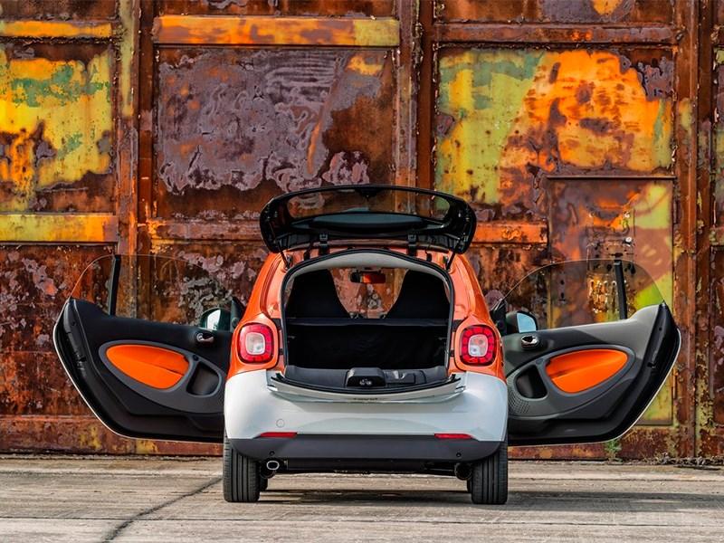 Smart Fortwo 2015 вид сзади с открытым багажником