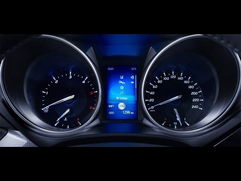 Toyota Avensis универсал 2015 приборная панель
