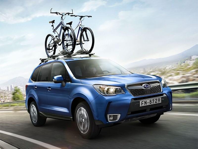 Subaru Forester 2015 вид спереди на дороге