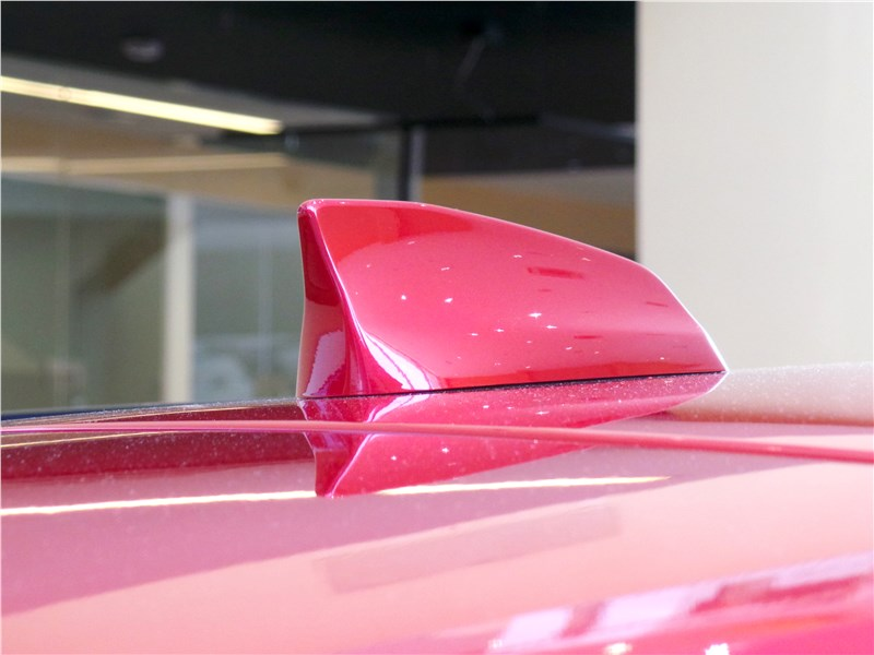 Jaguar F-Pace 2016 антенна-«плавник»